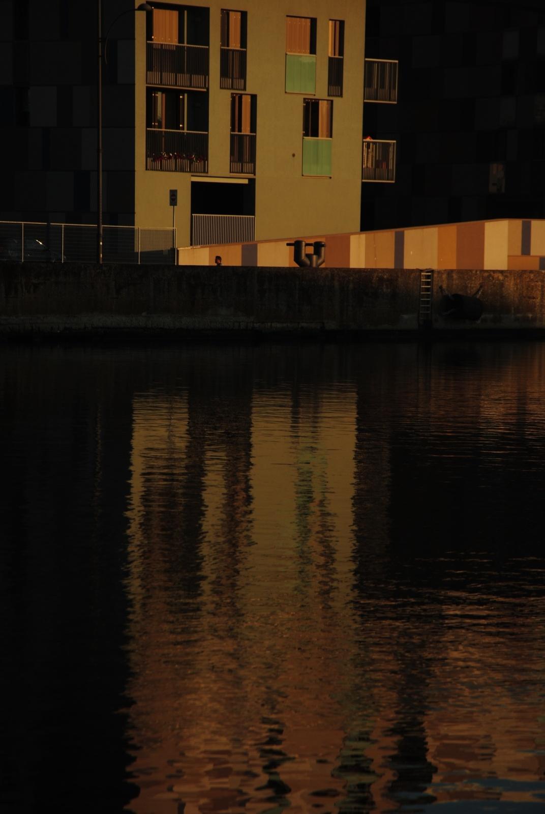 Torre Zucchi, sulla sponda destra del canale di fronte agli ex magazzini silos granari.