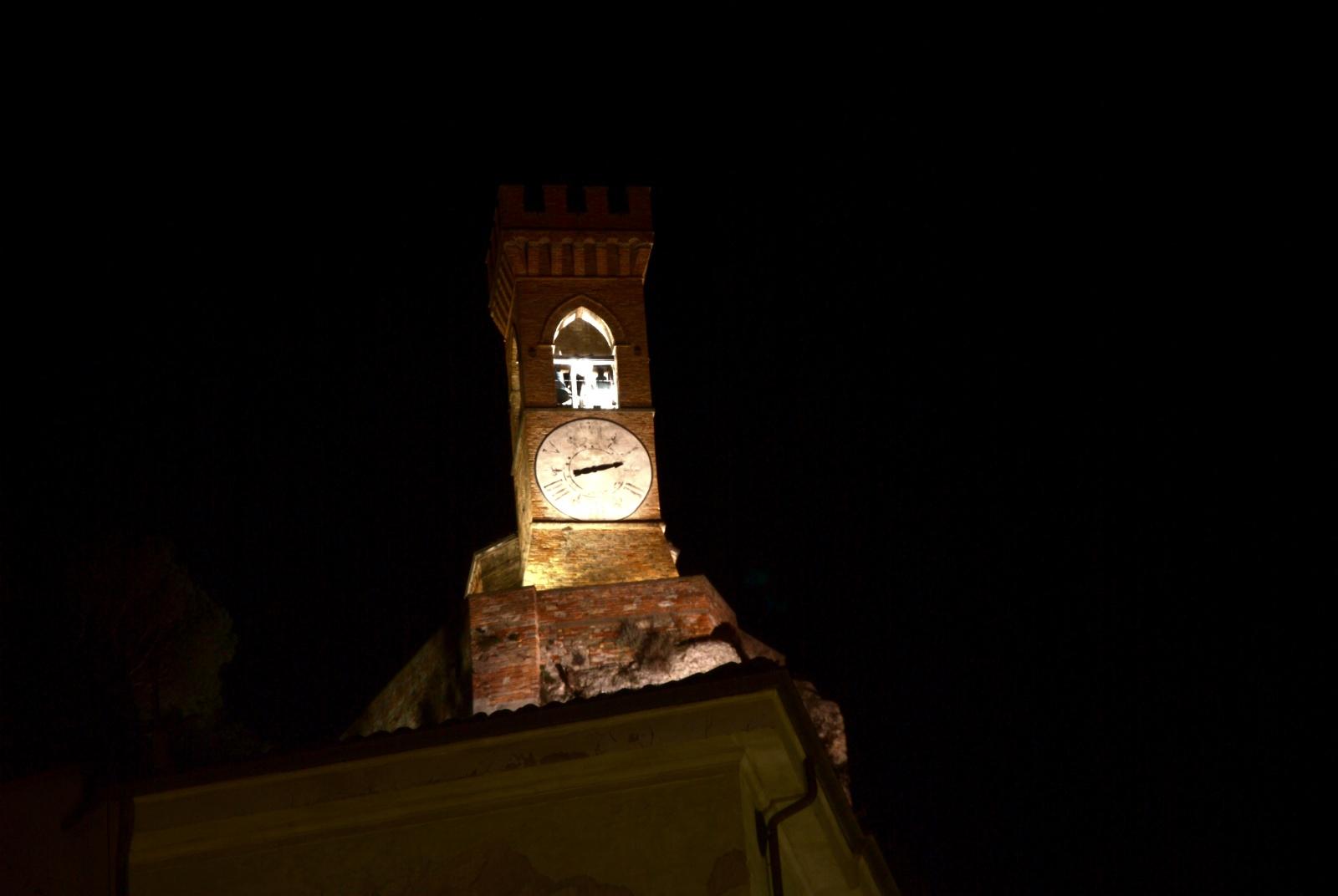 """Torre dell'orologio - """"La Torre dell'Orologio si trova su uno dei tre colli di Brisighella. Si trova lì dal 1290, quando Maghinardo Pagani da Susinana fece costruire una torre con blocchi di gesso per controllare i rivali asserragliati nel vicino castello di Baccagnano. Insieme alla Rocca Manfrediana ha per secoli difeso il borgo di Brisighella e fu completamente ricostruita nel 1850. Solo in quella data fu inserito l'attuale orologio. Ci si arriva a piedi o in auto: il percorso pedonale parte da Via degli Asini e dopo 300 scalini con vista sui tetti e sui calanchi di Brisighella è faticosa ma meravigliosa. Da qui poi parte un sentiero che collega la Torre alla Rocca Manfrediana. Oppure si può fare il percorso inverso: arrivare alla Rocca in macchina (uscendo dal borgo) e poi raggiungere la Torre dell'Orologio attraverso il sentiero.""""  from """"10 cose.it"""""""